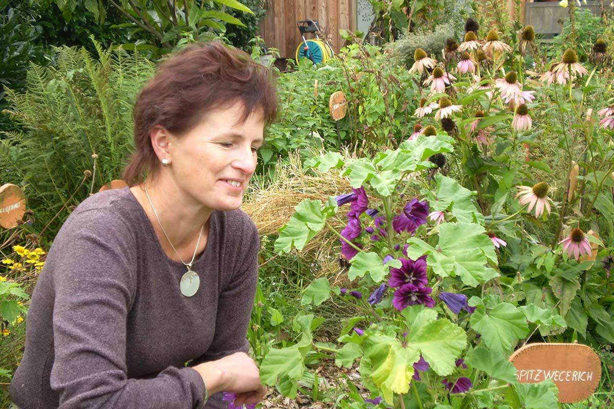 Kräuterexpertin Martha Prinz in ihrem Garten