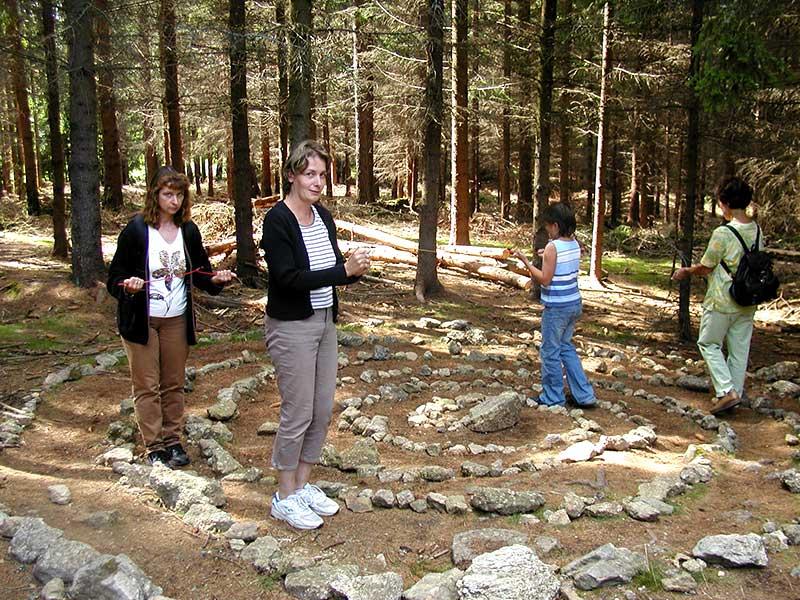 Wünschelrute gehen bei der Steinpyramide Kraftarena Groß Gerungs