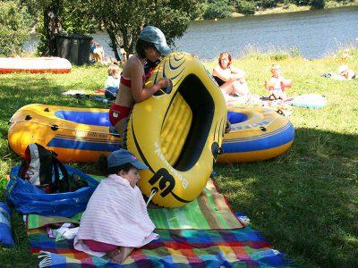 Baden und Schlauchboot fahren am Stausee Ottenstein